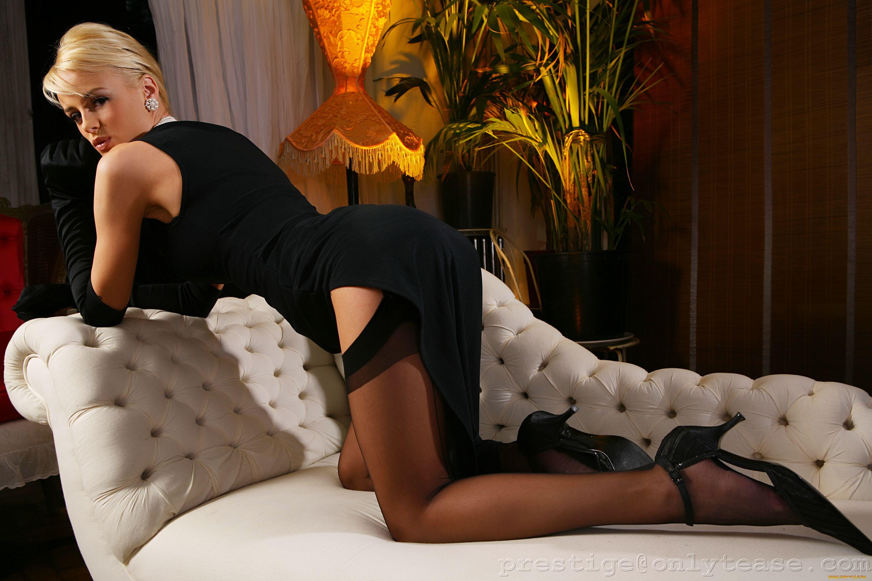 Порно с девушкой в сексуальном вечернем платье, трахает девушку на кровати и снимает